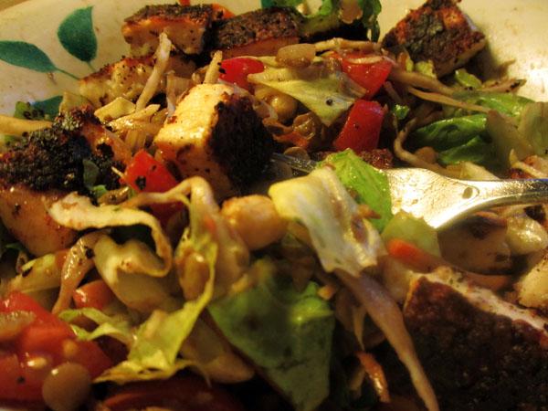 Juusto-linssi-pähkinäsalaatti