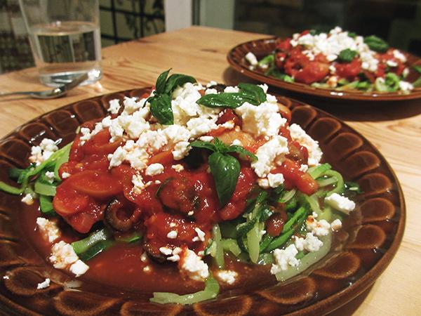 Kesäkurpitsaspagetti maukkaalla tomaattikastikkeella