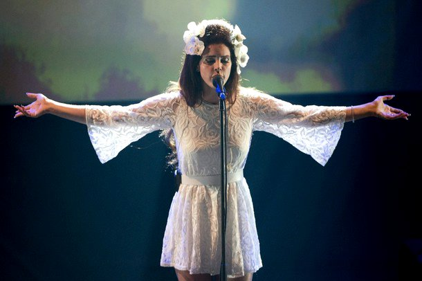 lana-del-rey-performs-national-anthem-in-montreux-jazz-festival-for-4th-of-july.jpg