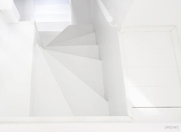 VALKEAT PORTAAT / WHITE STAIRS
