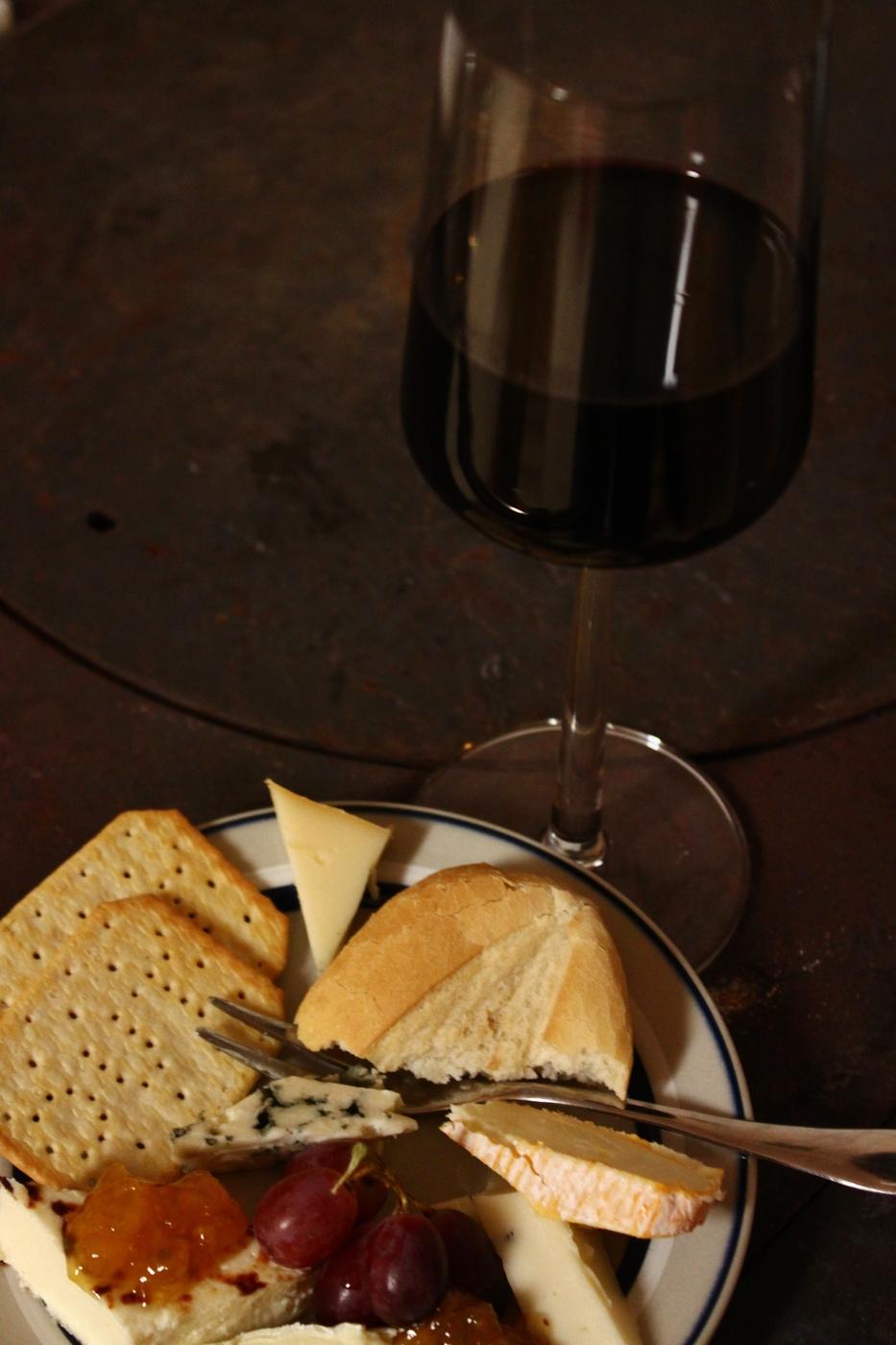 punaviini ja juustolautanen.JPG