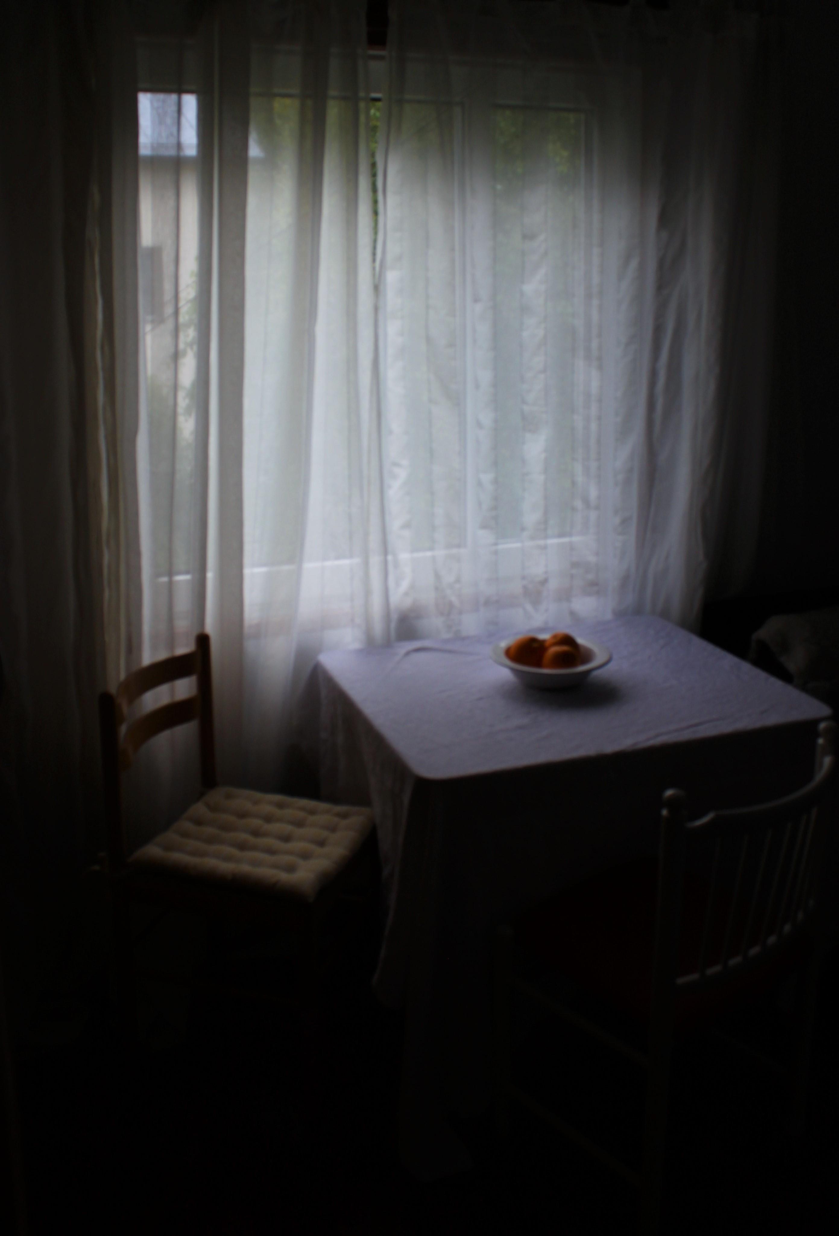 7 miljardia äärettömyyttä, Aada Järvinen, pimeä huone, valo verhojen läpi.JPG