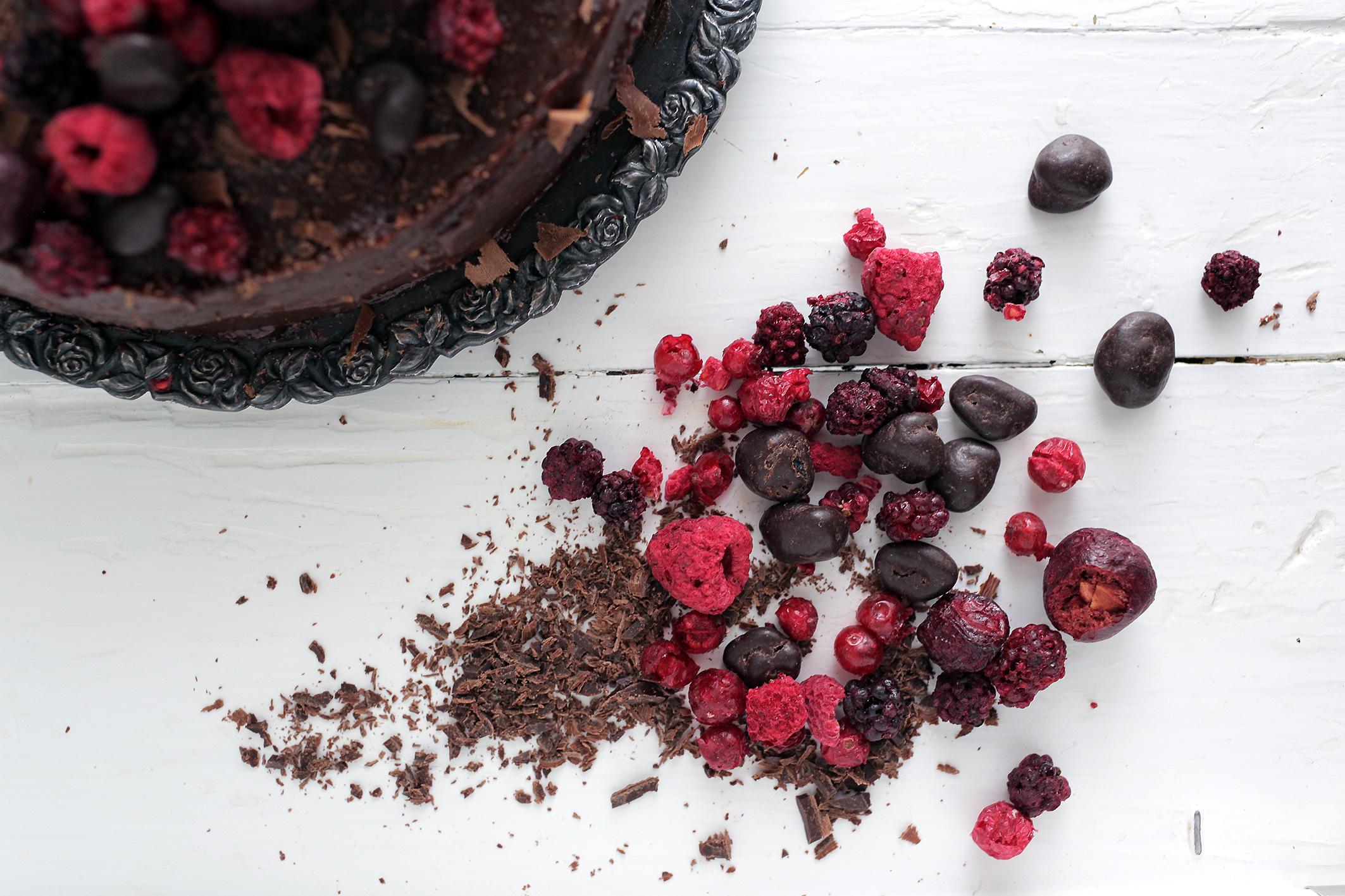 punajuuri-suklaa-kakku-koristeet.jpg