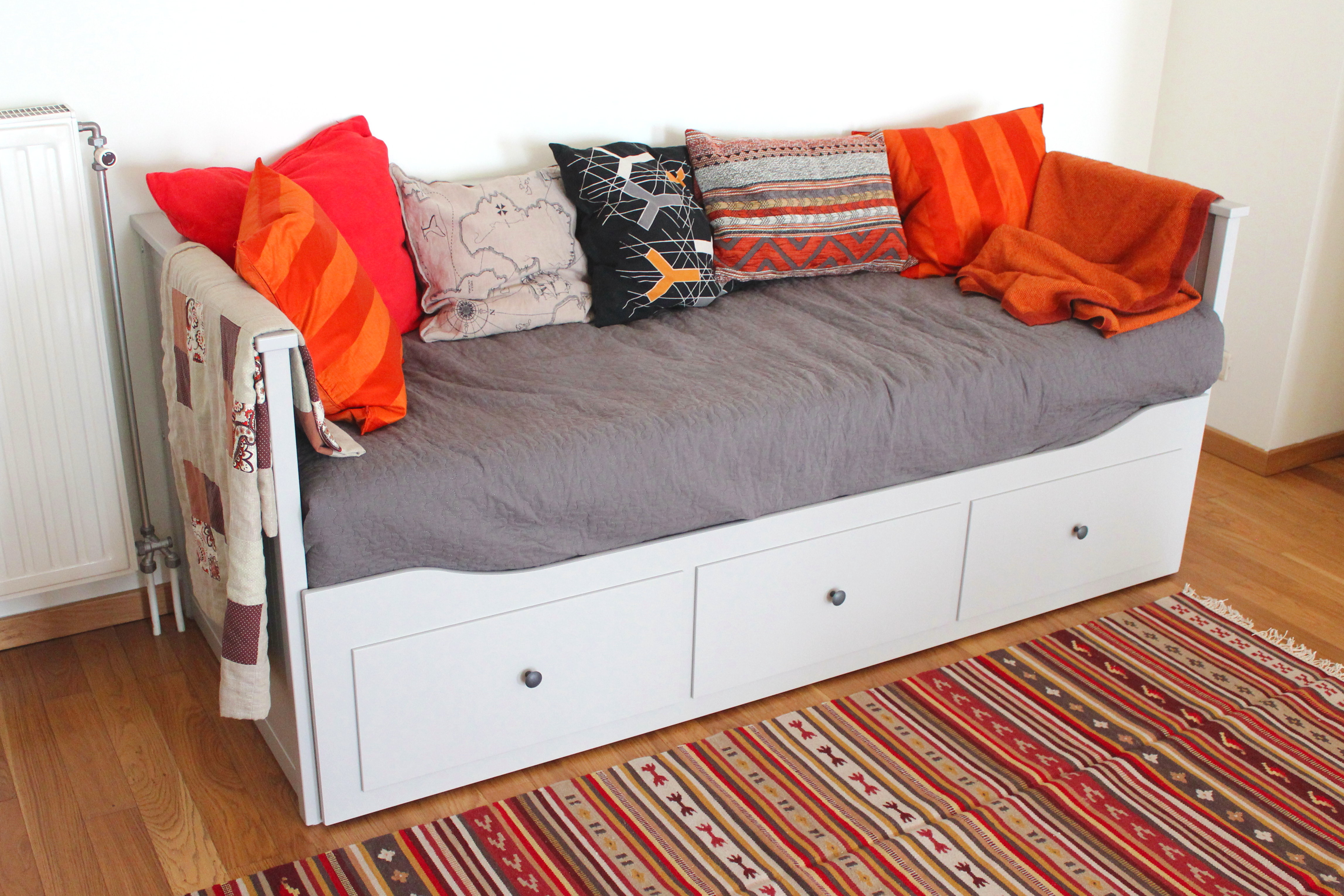 IKEA Hemnes sohvasänky ja Kattrup-matto