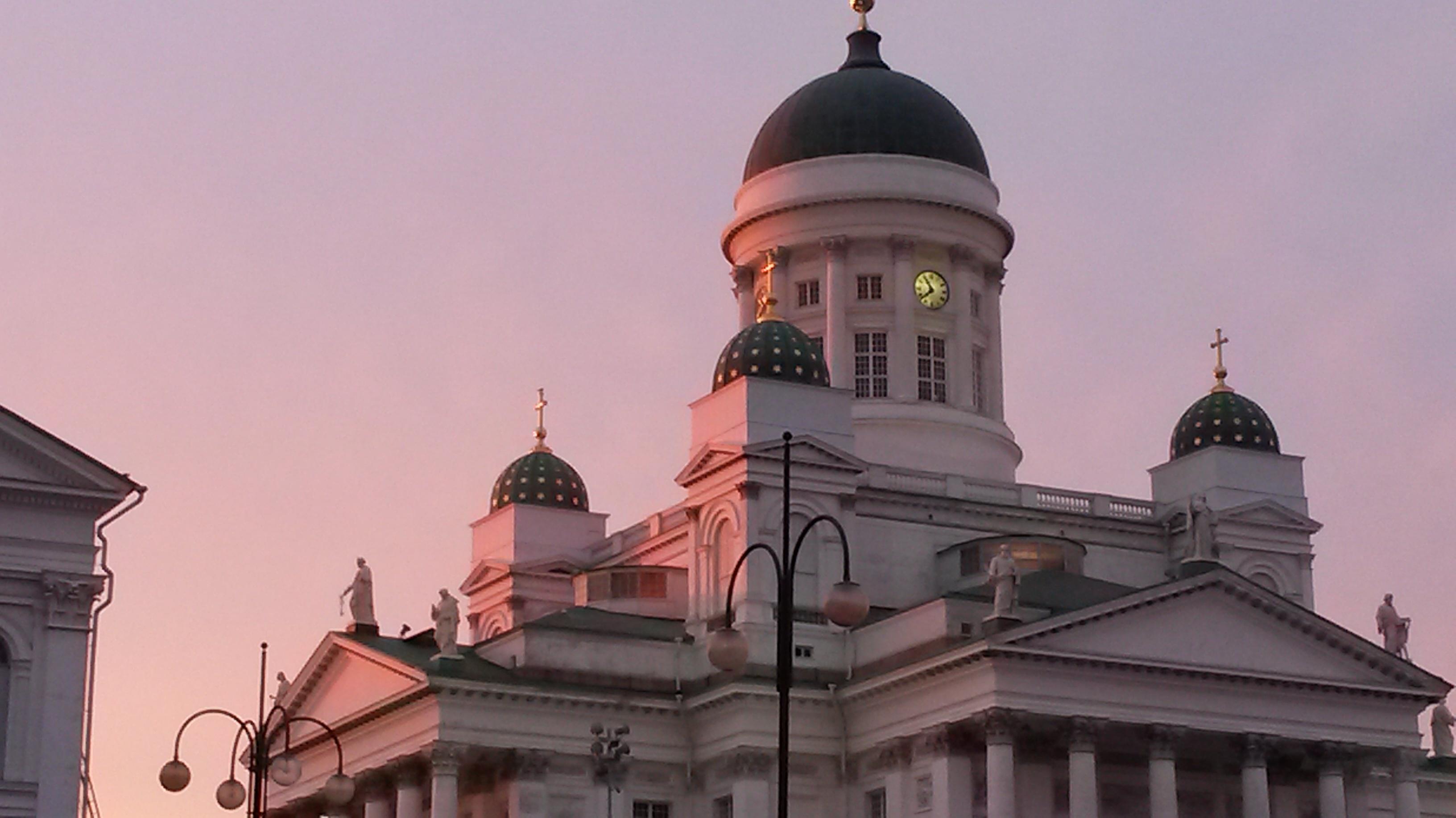 Helsingin tuomiokirkko kesäiltana