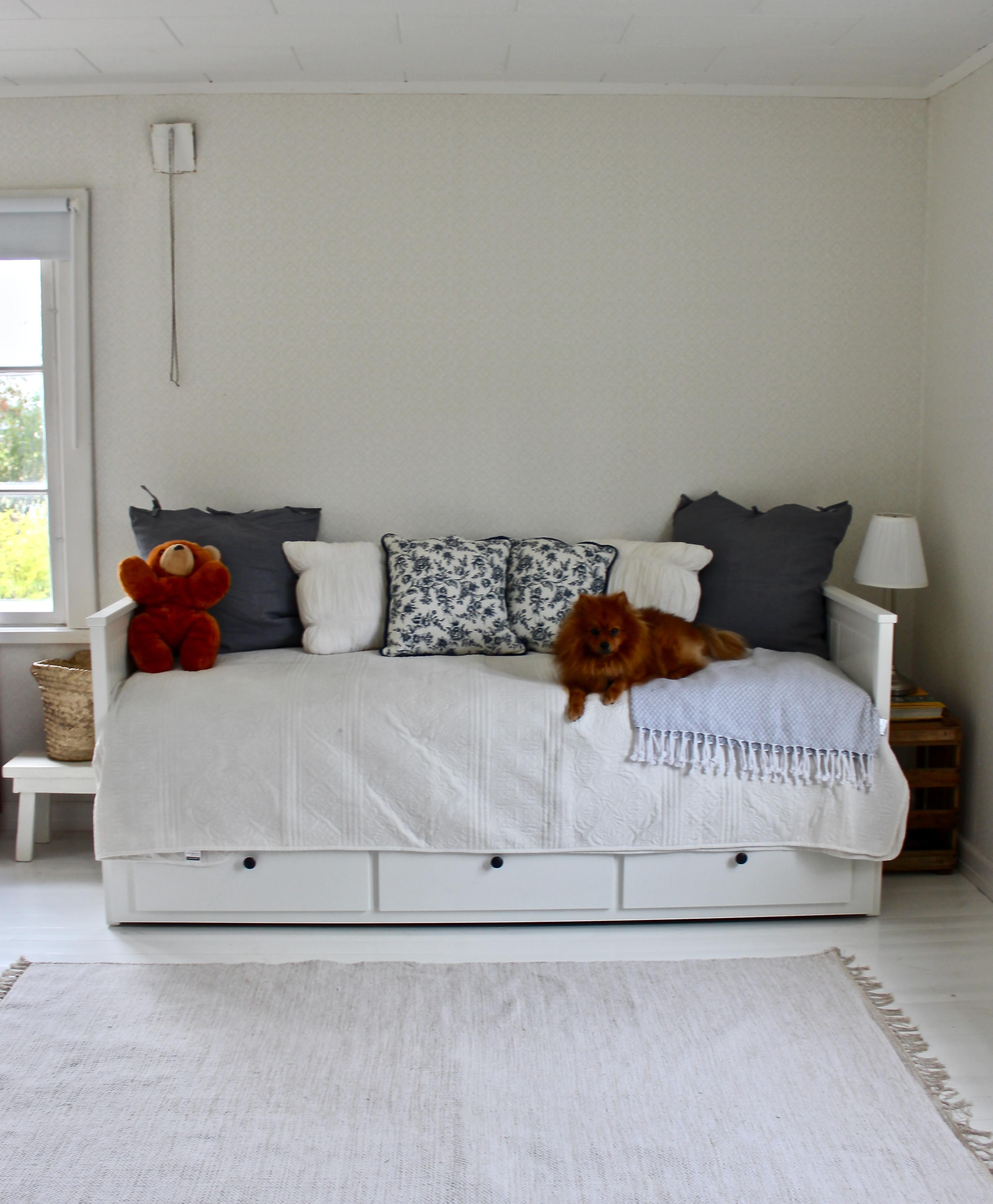 Mökin uusi sohvasänky ja muita sisustuskuulumisia