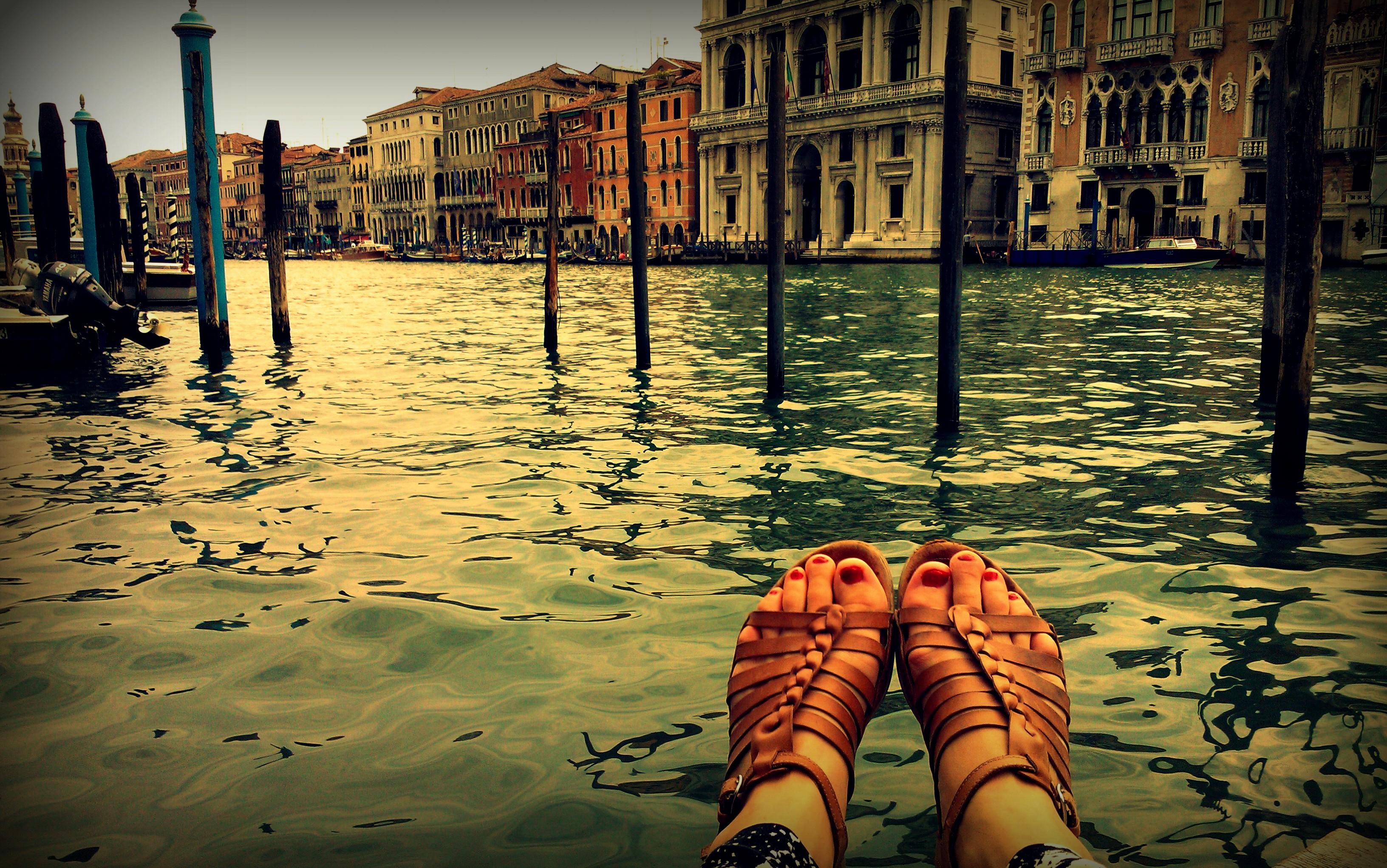 Con i piedi nell'acqua