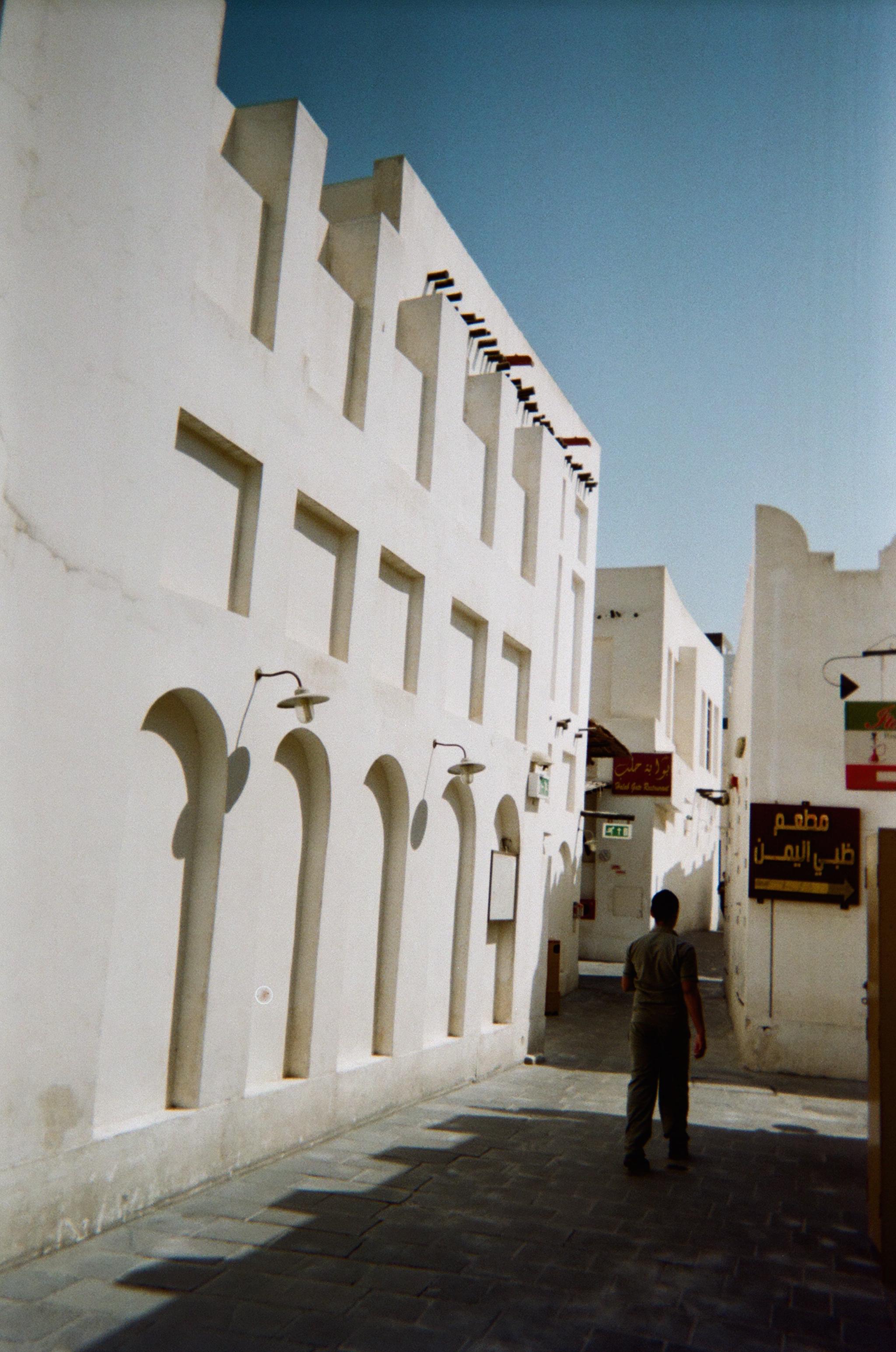 Arki Qatarissa (eli ostoskeskusväsymys ja suurlähetystön salaravintola)