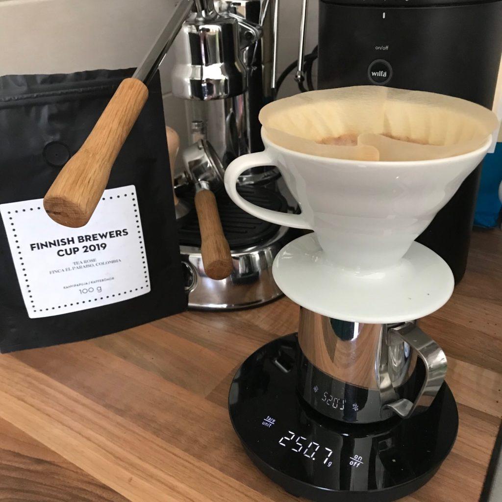 Paulig Kulman paahtamaa kolumbialaista tea rose-kahvia, Wilfa Uniform-kahvimylly, käsiuuttovälineet ja La Pavoni -espressokeitin