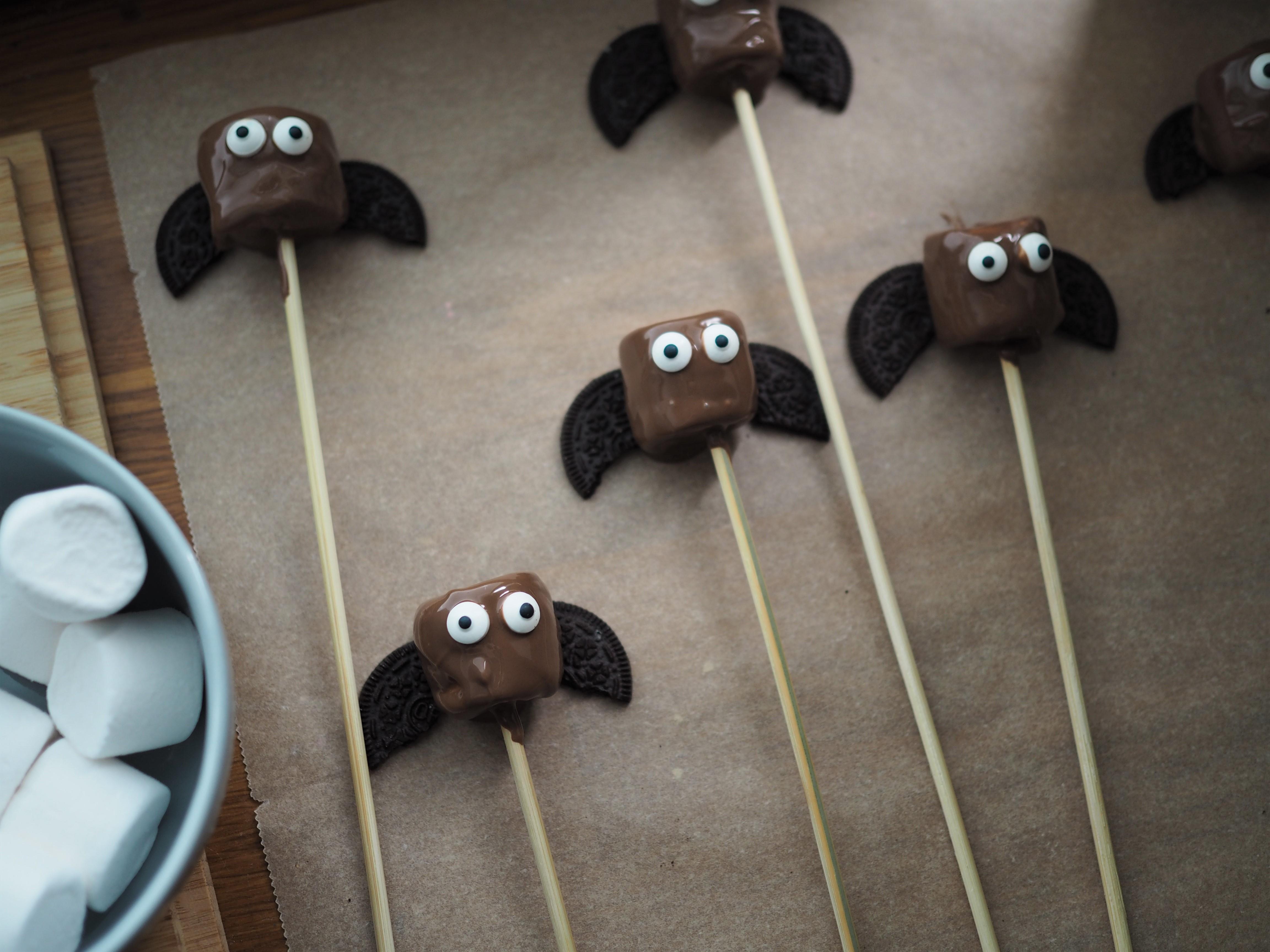 Halloween herkkuja – lepakko vaahtokarkki popsit