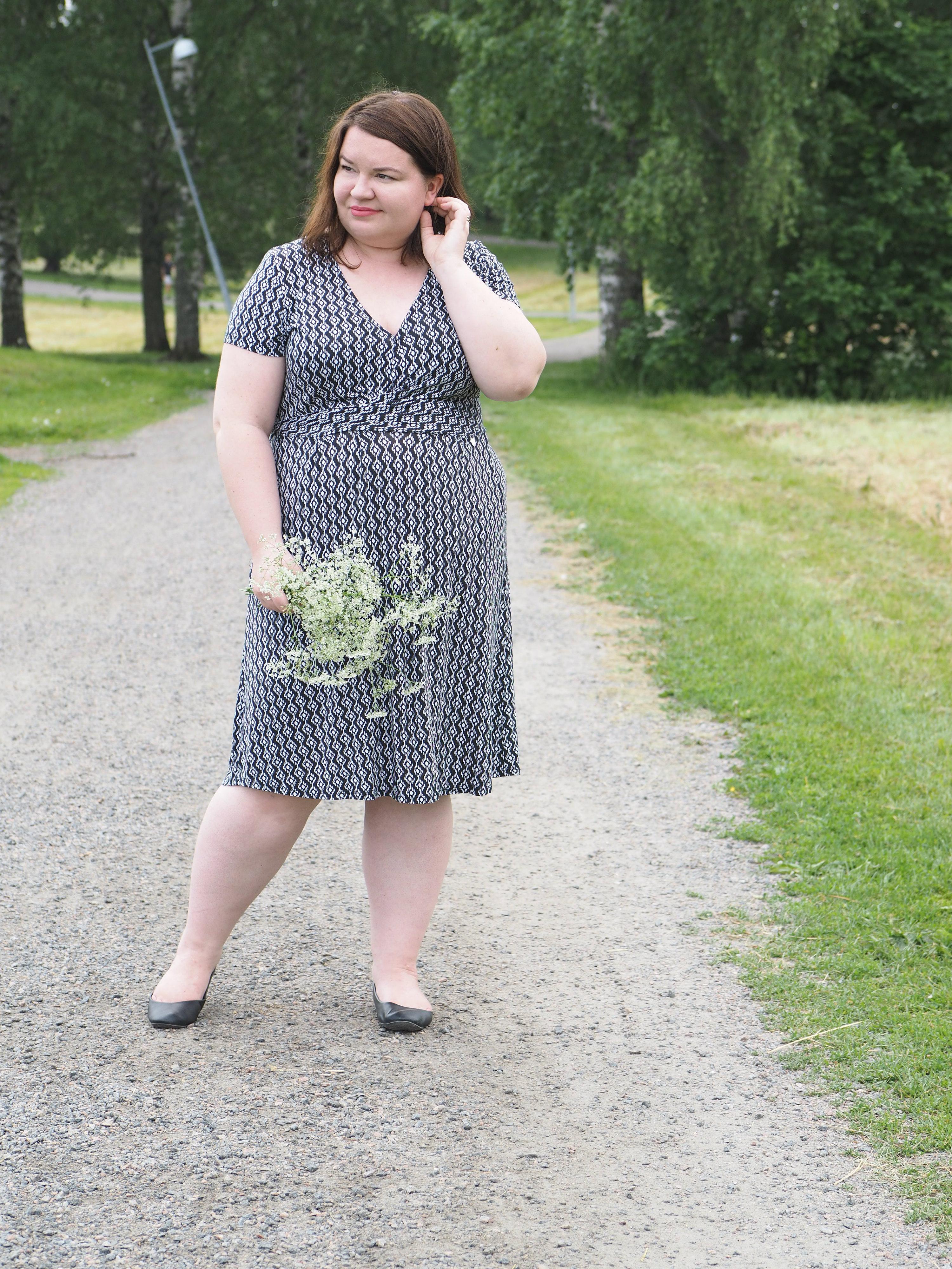 Lomasuunnitelmia ja yksi kurveja imarteleva mekko