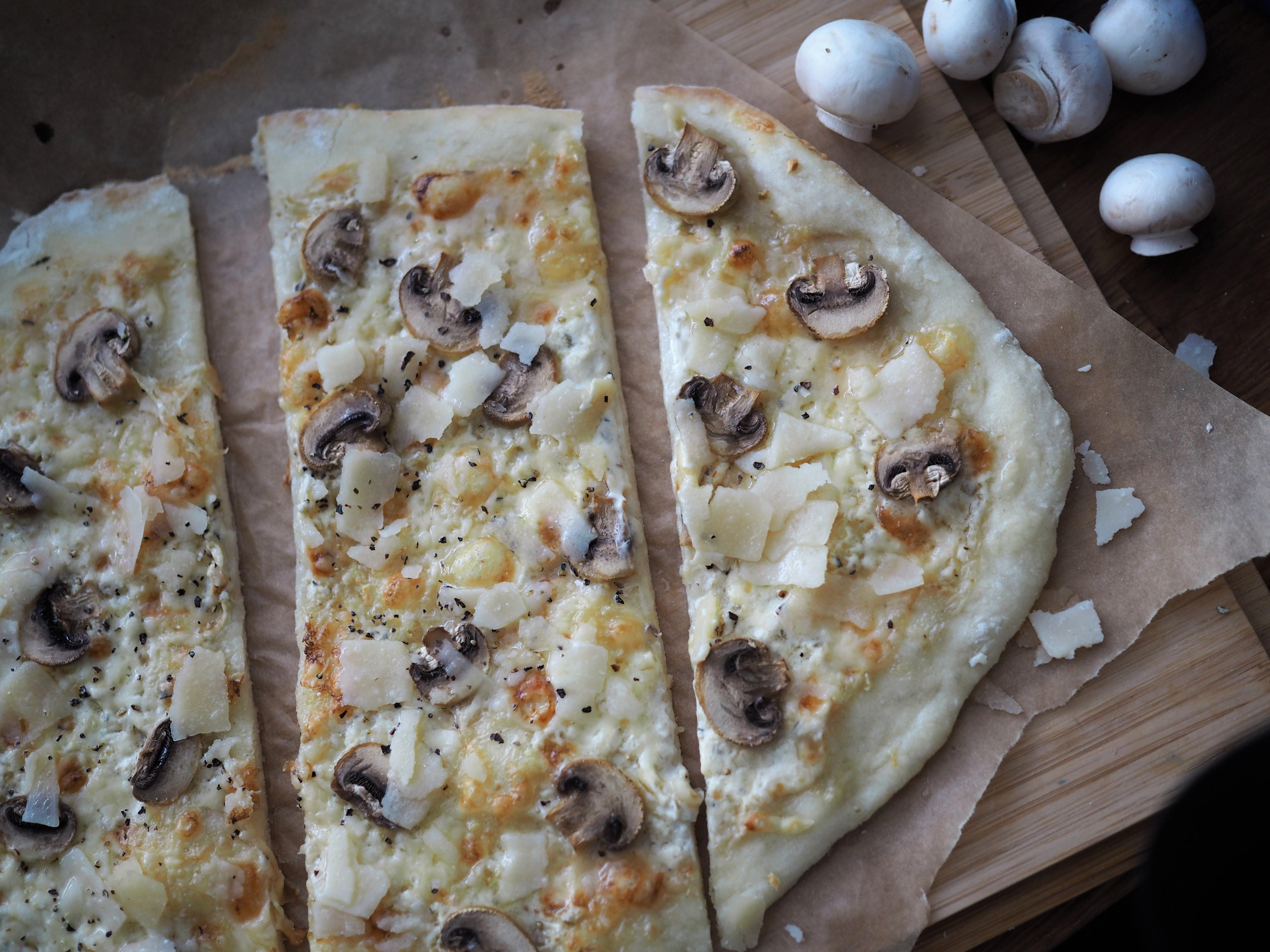 Pizza bianco herkkusienillä ja parmesaanilla