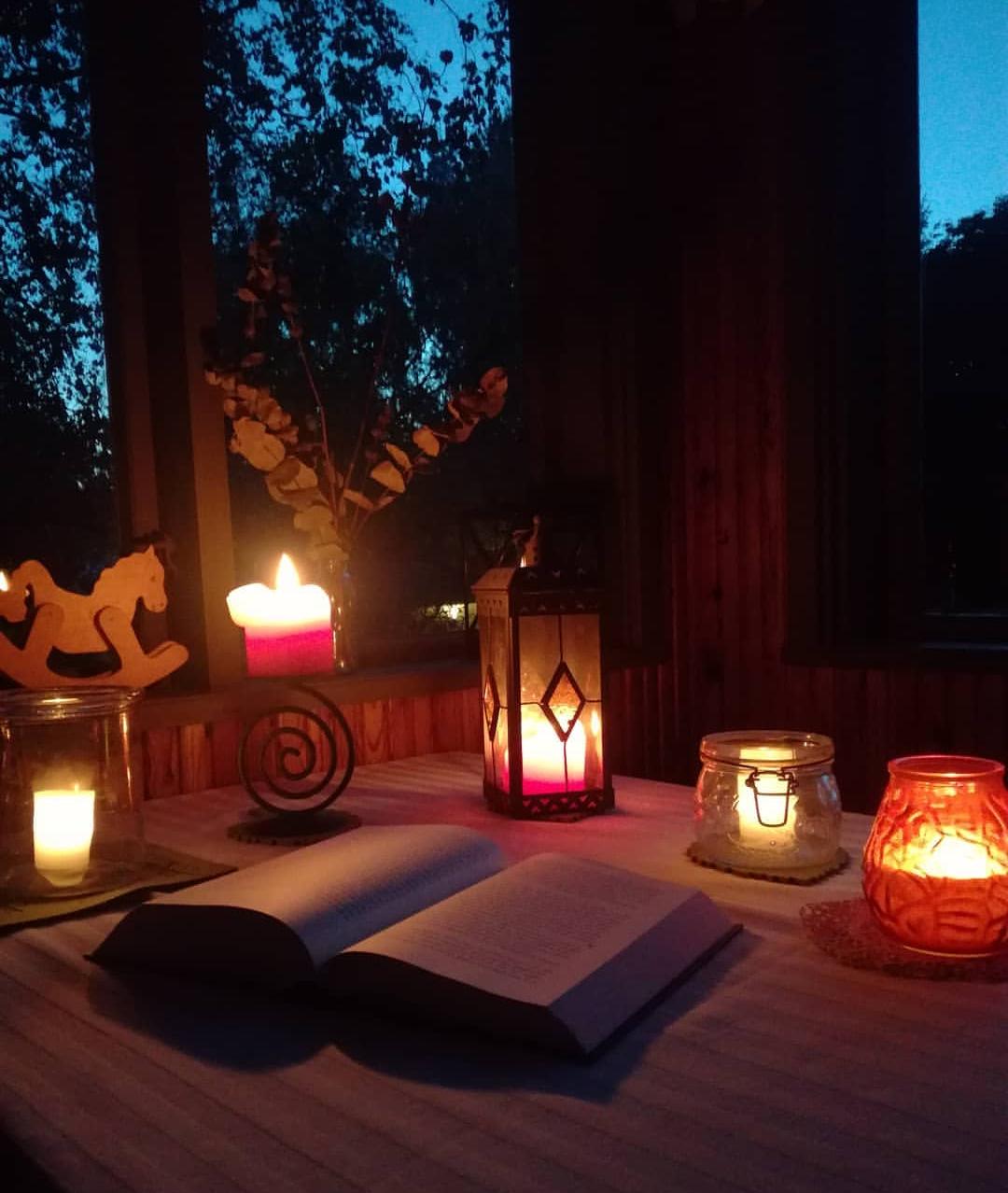 Kirja kynttilän valossa