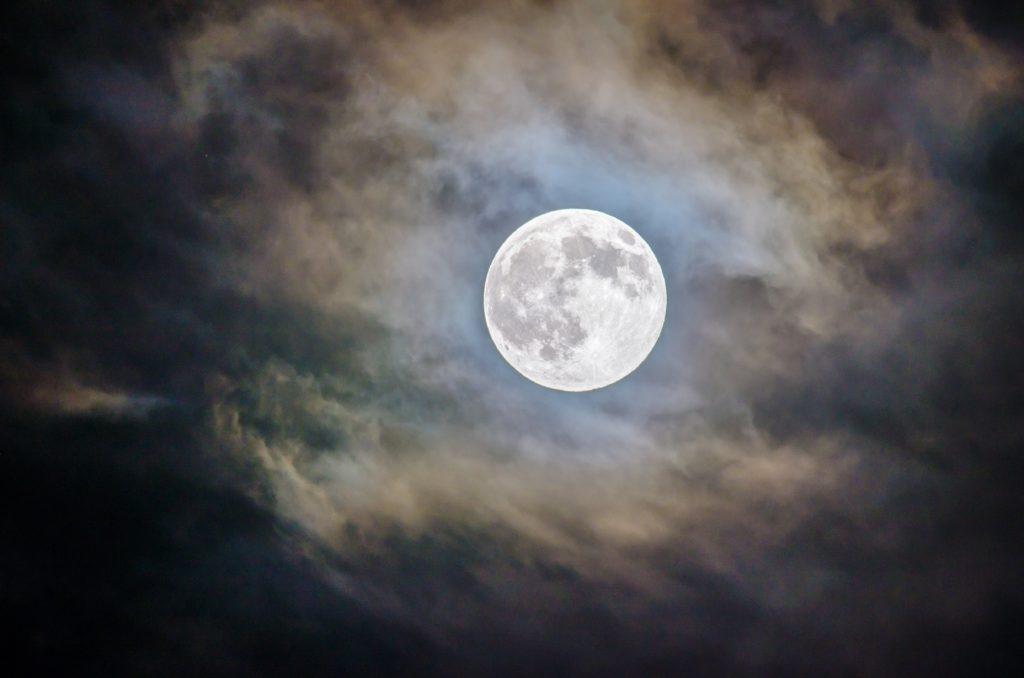 Kuu & sukupuolen yli ulottava, meitä kaikkia yhdistävä feminiininen energia