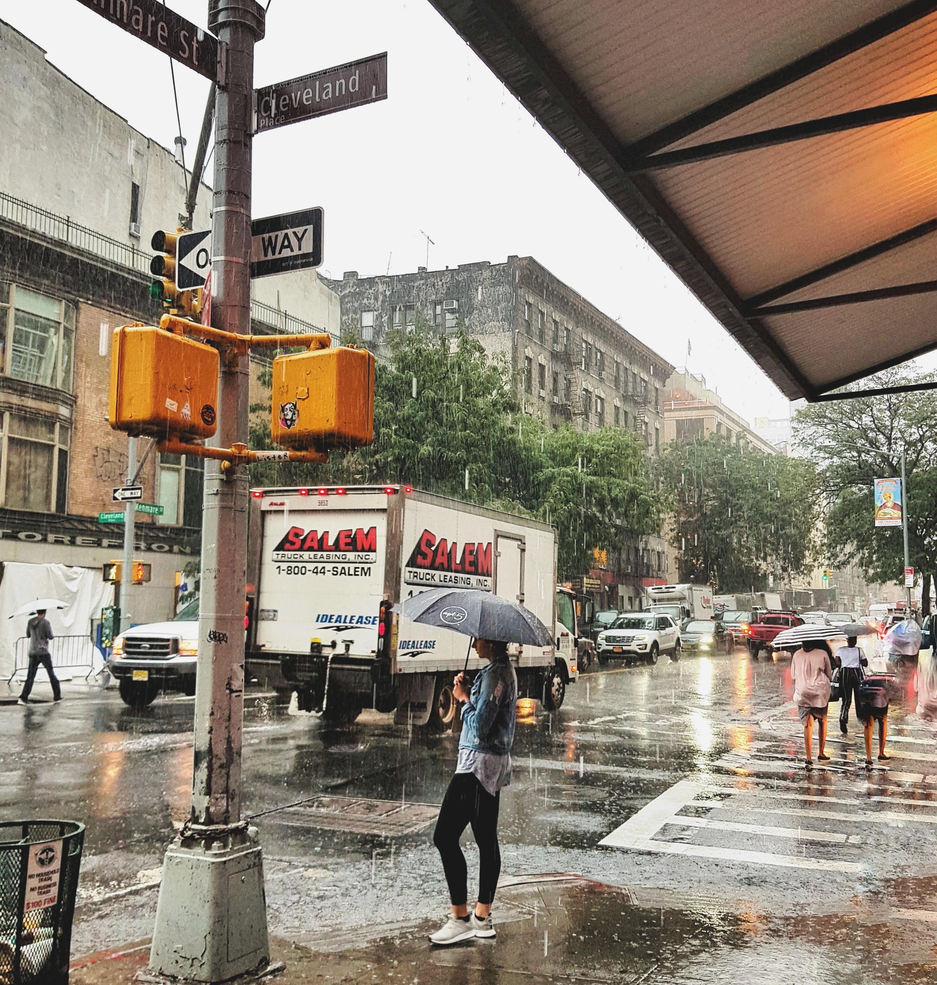 Sateen keskellä