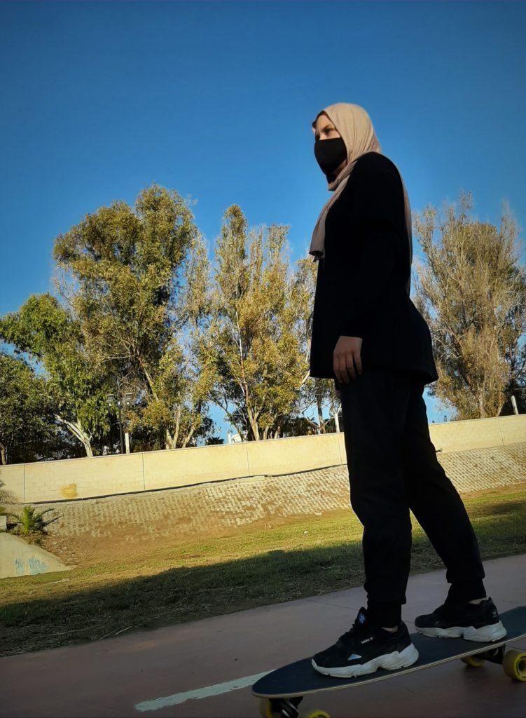 Skeittaava musliminainen