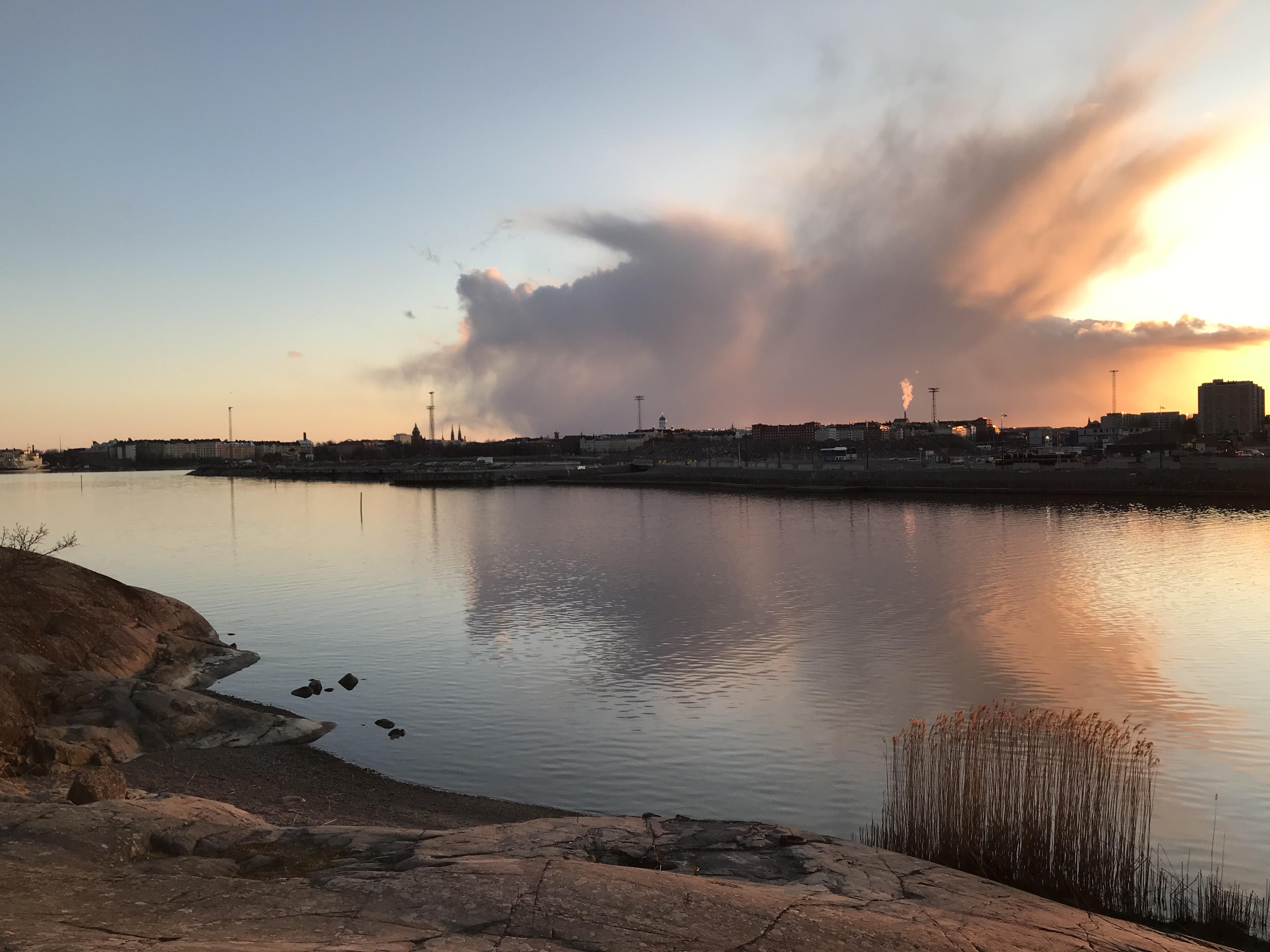 Kuvassa merimaisema ja pilviä ilta-auringossa.