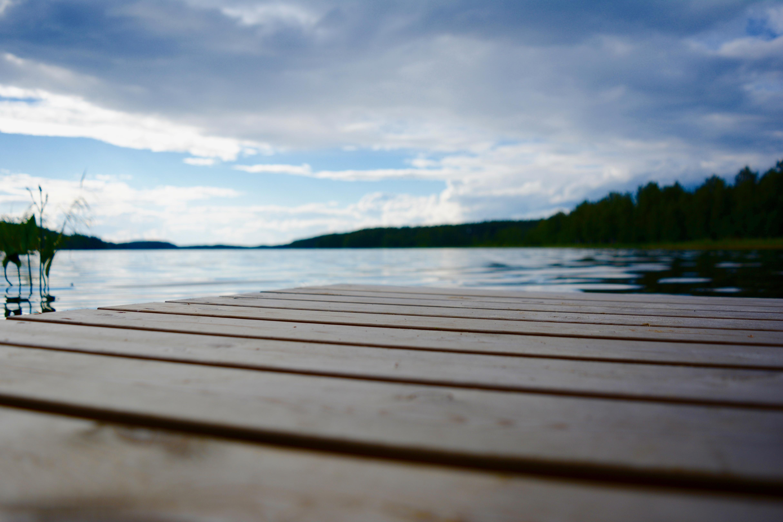 Kuvassa laiturin reuna ja sumea järvimaisema.