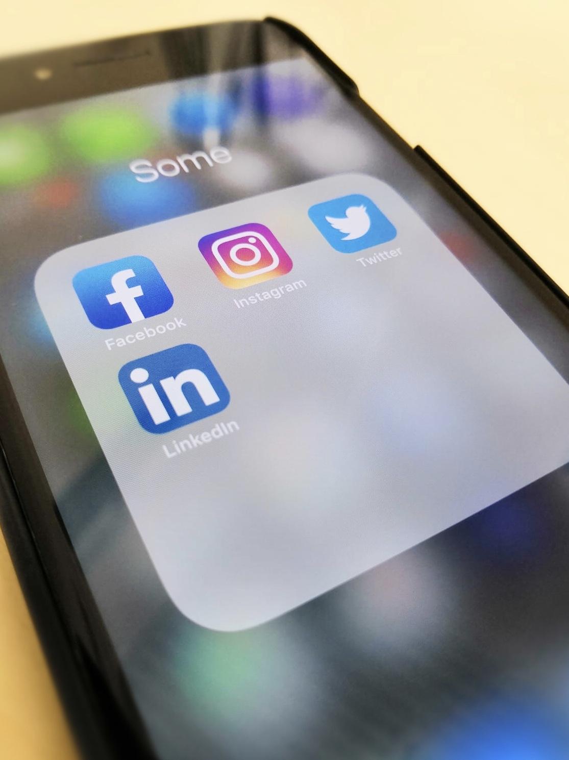 Kuvassa sosiaalisen median palveluiden ikoneita älypuhelimen näytöllä.