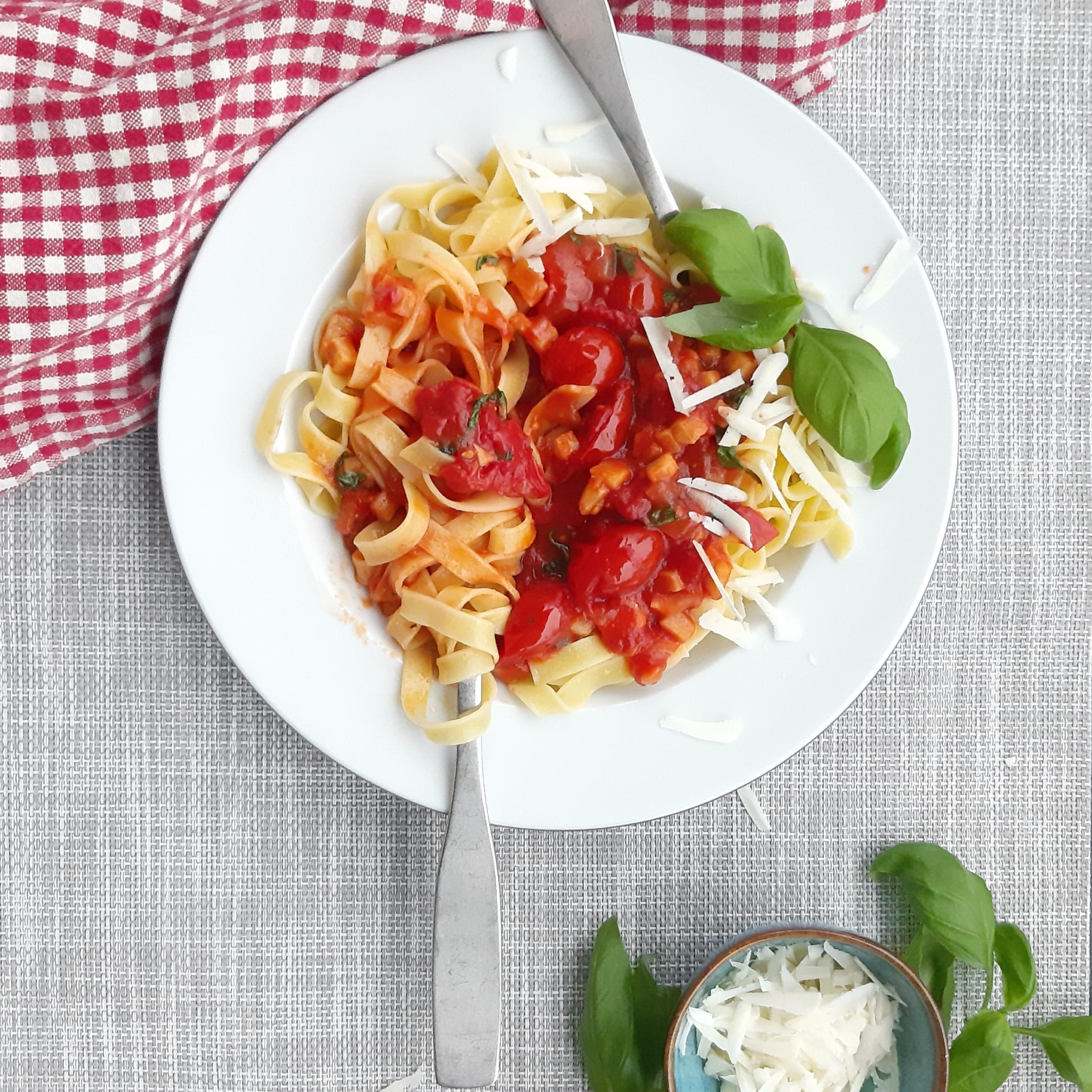 Tomaatti-juuriselleri-basillikakastiketta ja pastaa
