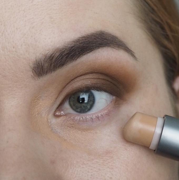 tummien silmänalusten peittäminen
