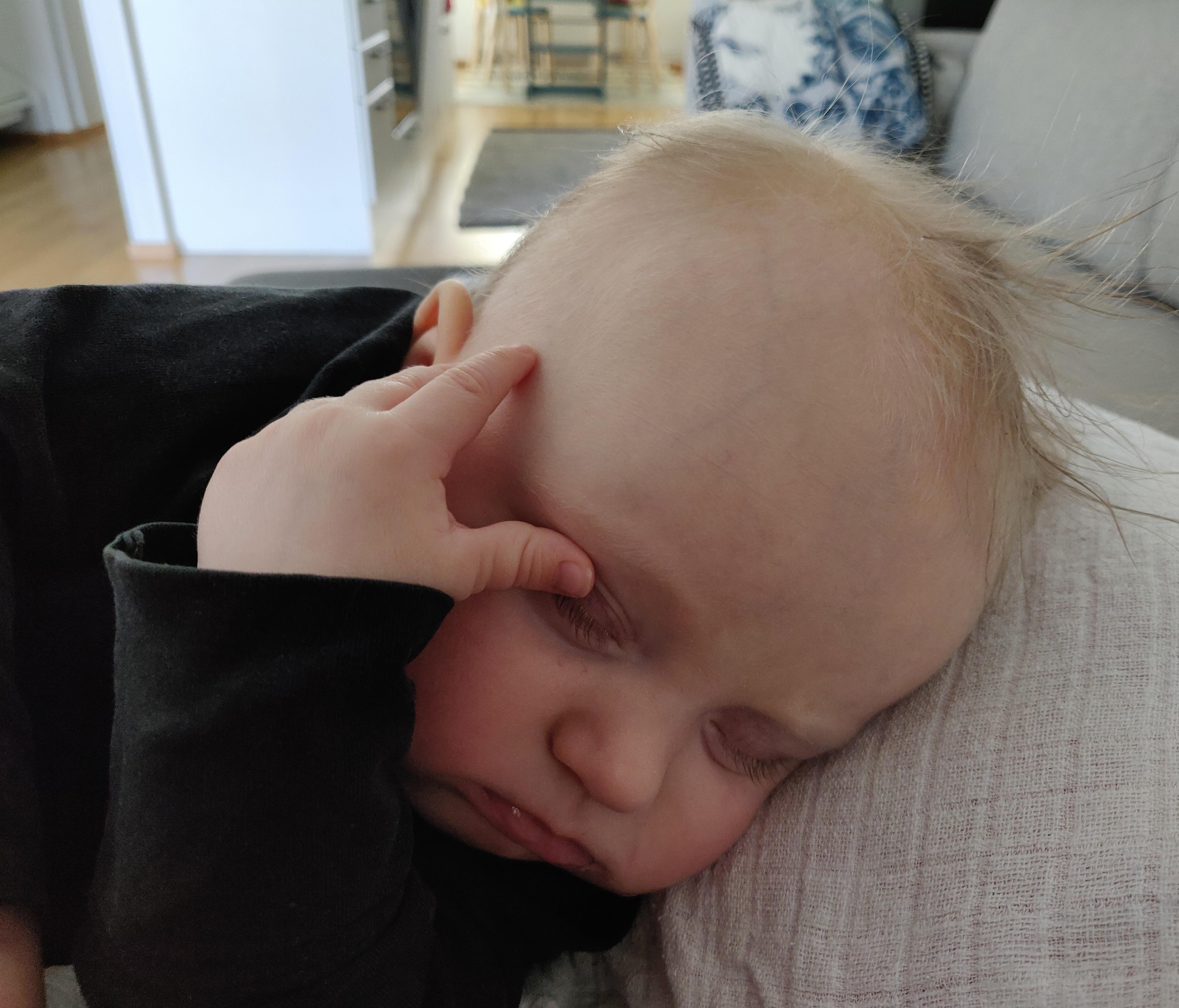Vauva nukkuu, äiti ei