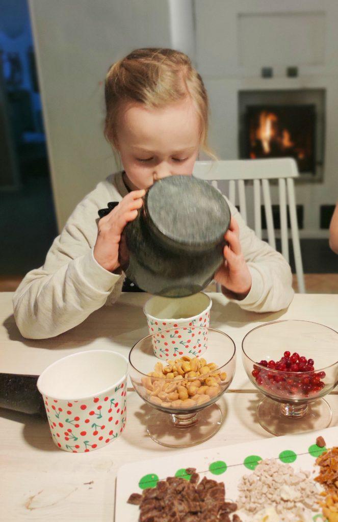 Lapsi tekee jäätelöä