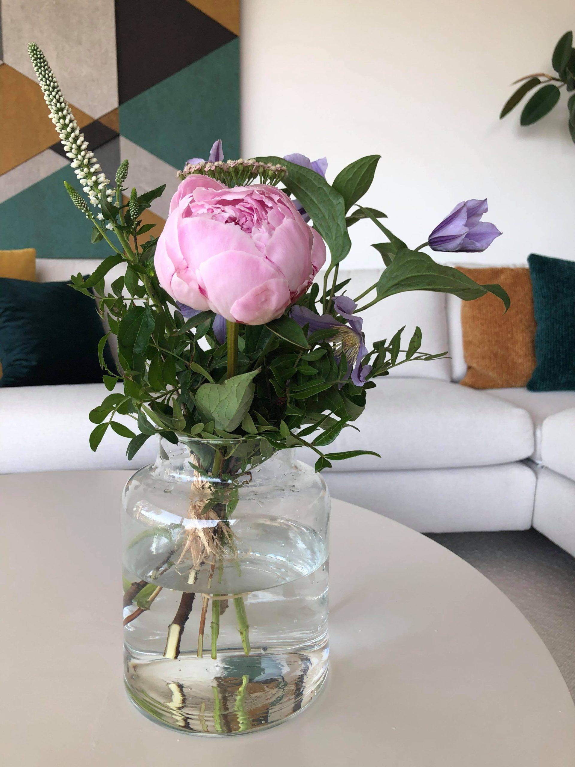 Kukkakimppu pöydällä