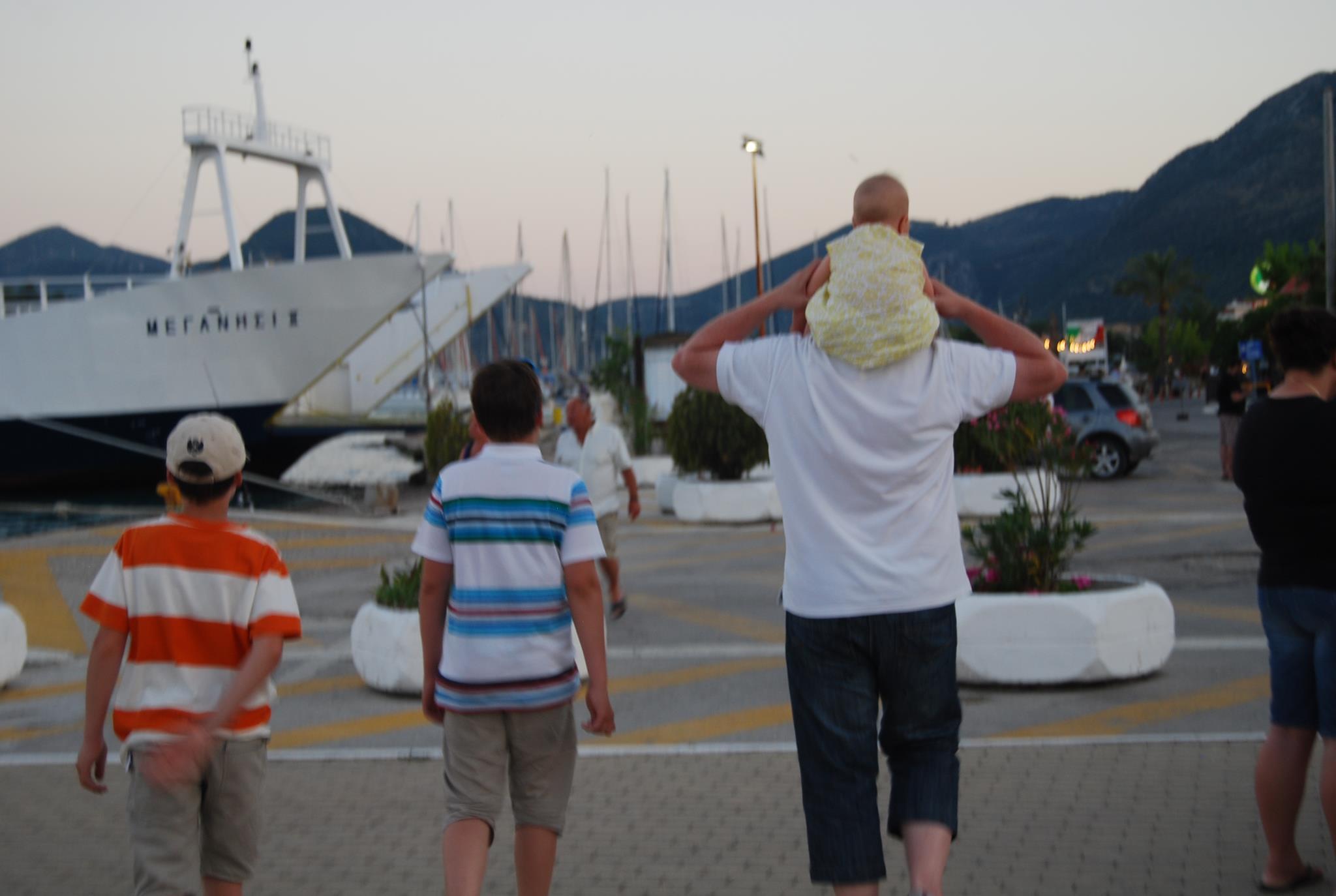 Mies ja lapset kävelevät