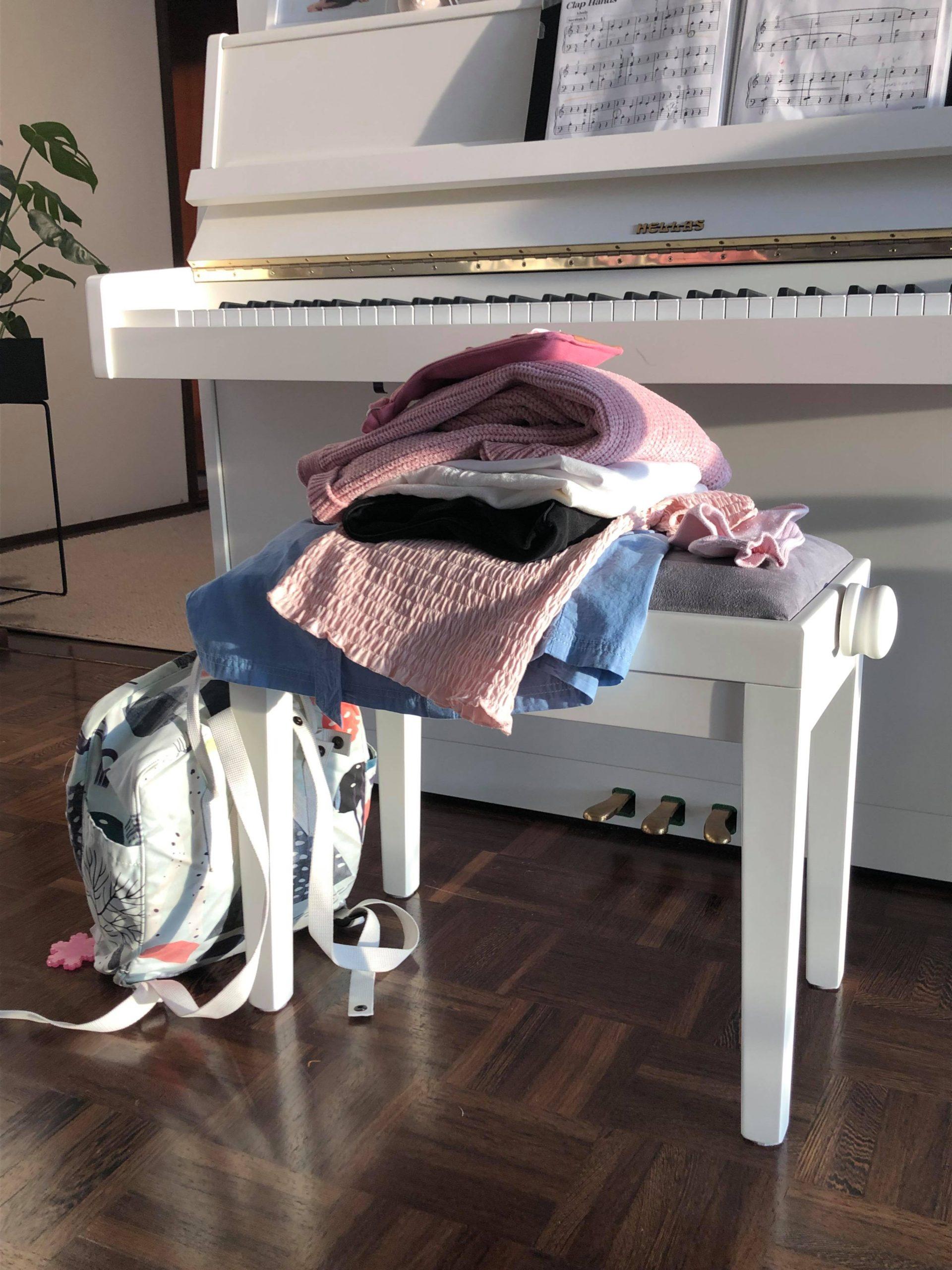 vaatepino pianon tuolilla