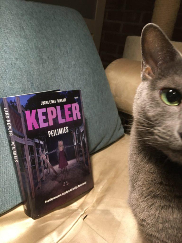 Kissa ja Lars Keplerin Peilimies -teos.