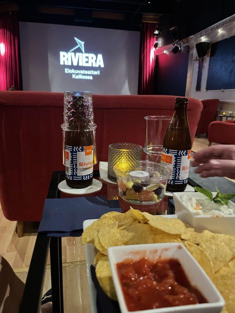 Leffailta Rivierassa: edustalla syömiset, taustalla valkokangas.