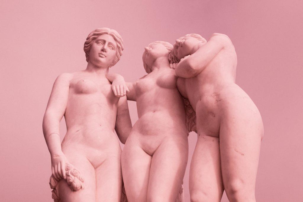 Klassisia naispatsaita alasti.