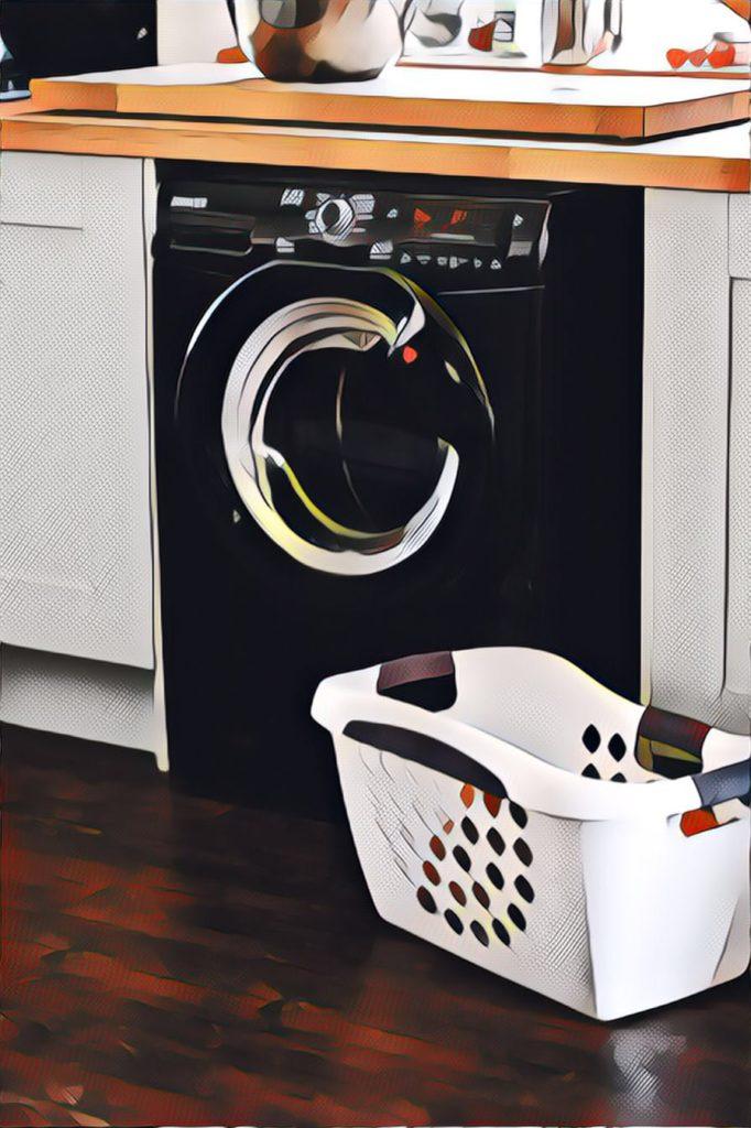 Pyykinpesukone ja pyykkikori.
