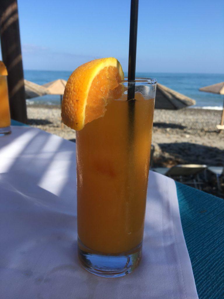 Appelsiinijmehua hiekkarannalla.