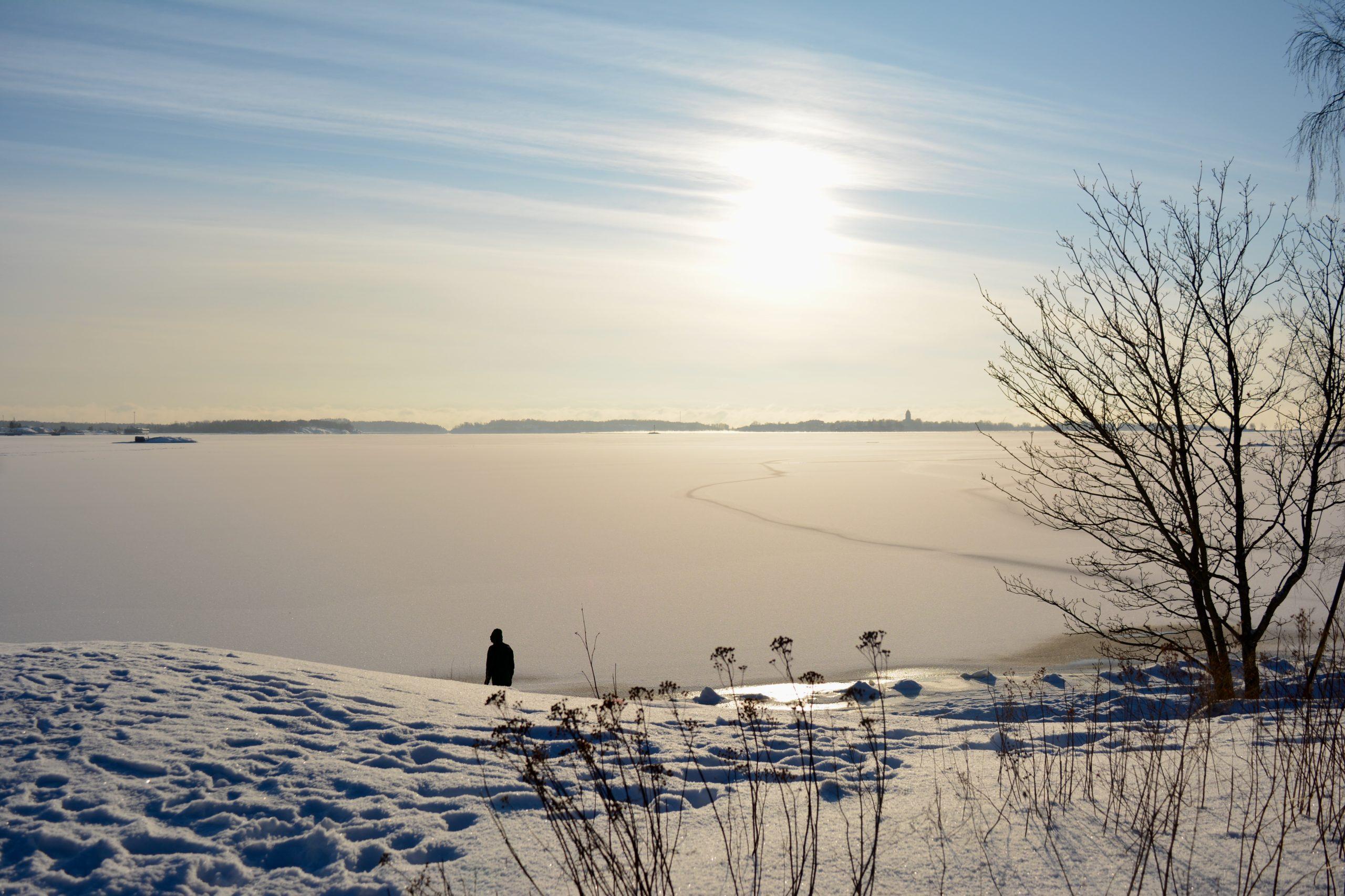 Talvinen maisema ja aurinko.